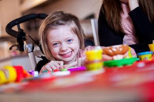 Även om Mollie stundtals är ledsen och arg över att hon är sjuk så finns fortfarande glädjen och leendet kvar.