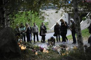 Folk samlas vid minnesplatsen 2010 där 27-åriga Elin Krantz mördades, mellan Länsmanstorget och Temperaturgatans spårvagnshållplats i Göteborg på lördagen.
