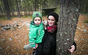 Tofva Bjarme med sonen Alfred, 2,5 år i Barnens skog som hotas av nya villatomter. – Varför kan man inte flytta dem lite, undrar Tofva. Hon har startat en Facebook-grupp mot planerna. Foto: Mikael Forslund