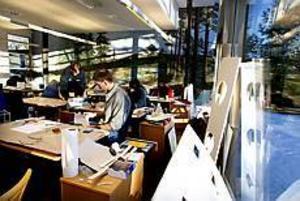 Studenterna på högskolans program för design och träteknik har flyttat in i Silvanums ljusa lokaler. På eftermiddagarna blir solljuset bländande. - Vi måste hitta något sätt att skärma av undervisningssalarna, säger arkitekten Johan Skoog.  Foto: GUN WIGH