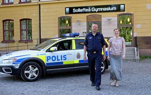 Polisen och gymnasiet i Sollefteå har inlett ett brottsförebyggande samarbete. Här ser vi jens Forsberg från polisen och Hågesta gymnasiums rektor Monika Karlström.