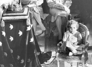 Victoria var två år när beslutet om kvinnlig tronföljd klubbades igenom. Här sitter hon änglalockig och allvarlig på lillebrors dop.
