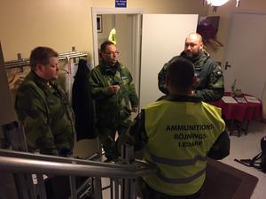 Onsdag morgon. Militär personal har samlat inför sprängningen.