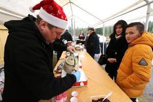 Annbrith Jansson och Hugo Jansson från Pålsboda blev sugna på den varma glöggen som byalaget serverade.