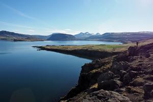 En av många vackra vyer över en av Islands fjordar.