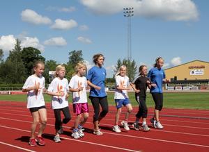 Ungdomar som tränare. Tränare under friidrottsveckan är Lffi:s tävlingsungdomar. Här instruerar ungdomarna de mindre barnen i löpteknik.