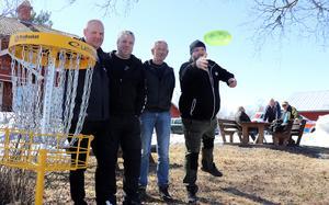 Mats Engström, Peter Thor, Örjan Ekerman och Daniel Nyström berättar om den discgolfbana som ska anläggas vid Ånge camping och vara spelbar i början av sommaren.