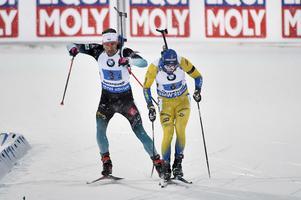 Martin Fourcade kom bakifrån på upploppet och bröt Samuelssons stav. Bild: Robert Henriksson/TT