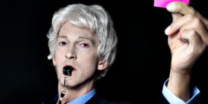 Rasmus Dahlstedt växlar flinkt mellan myllret av roller i regi av Fredrik Hiller. Foto: Pressbild