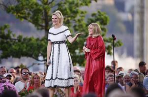 Grant, eller Caroline Cederlöf som hon heter, hyllades av Sanna Nielsen i Allsång på Skansen. Caroline har sin bakgrund på Nynäshamns kulturskola. Foto: Stina Stjernkvist/TT