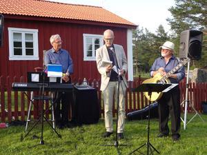 Tomas Bergius och Torkel Selin fick ta emot var sin present av Kurt Enberg som tack för en hellyckad kväll med sång, musik och en stor portion humor. Foto: Kjell Larsson