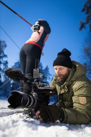 Fotograf Nils Bjuggstam i full färd med att filma. Foto: SVT / Bodesand & co