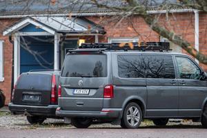 Bland annat har en polisbuss funnits på plats i Krylbo under onsdagen. Foto: Niklas Hagman