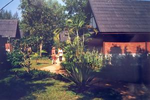 Margaretha utanför husen de bodde i byggda av tegel. Innan tsunamin sköljde bort allt. Foto: Privat