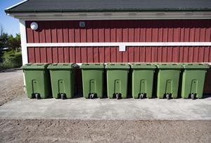 Avgifter för sophämtning kan ett företag få längre tid att på sig att betala. Arkivbild, avfallstunnor. Foto: Johan Nilsson .