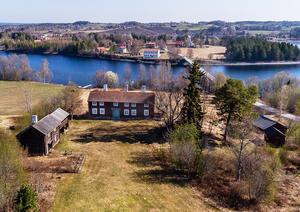 Från ovan ligger Kroksgård vid Indalsälven, en kort bit från Dvärsätt på andra sidan bron. Foto: Tobias Nykänen