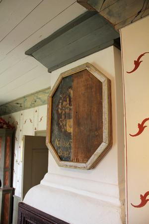 Jan har två gravepitafier som kommer från Hakarps kyrka i Huskvarna. Han köpte dem av en antikhandlare.