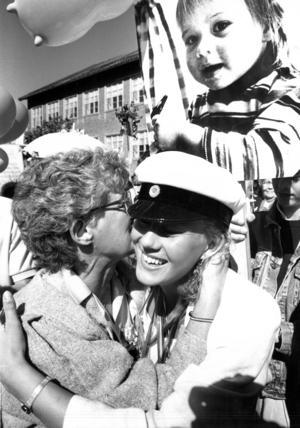 Mamma Gunvor Lindström grattar studenten Maria Lindström, Rossbol, utanför Wargentinsskolan 1988.