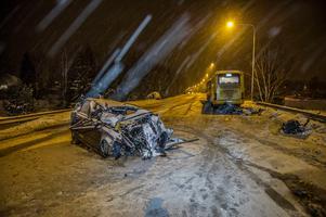 Tre av fyra personer som färdades i personbilen har avlidit. Foto: Niklas Hagman