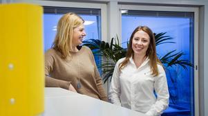 EY investerar mycket i sina nya medarbetare, bland annat får nyanställda 100-150 timmars lärarledd utbildning och tydliga introduktionsprogram. Det tror kontorschefen Christina Hegg, till vänster, är en stor anledning till varför många studenter vill få ett jobb på EY.