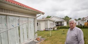 När Imre Sutus, 80 år, och hans grannar påtalar problem för LB hus får de inte det bemötande de förväntar sig av en husleverantör de betalat flera miljoner till. Under hängrännan syns spår av regnvatten som letat sig in under takpannorna.