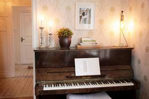 Pianot har Emmas morfar och mamma och Emma själv spelat på, och nu spelar barnen på det.