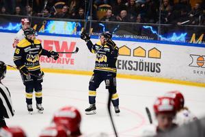 Mattias Tedenby jublar efter sitt mål.