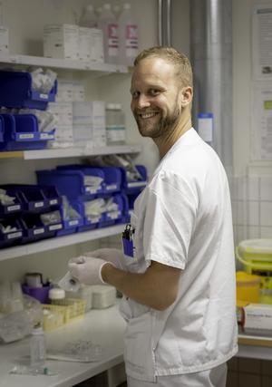 Johan är utbildad till specialistsjuksköterska med inriktning mot barn och ungdom. Här är han fotograferad av sin kollega Catrine. Foto: Catrine Lilja Kanon