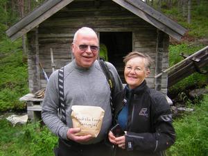 Monica och Bengt Dahl från Norrköping med en påse färskt kvarnmjöl från Skvaltkvarnen.