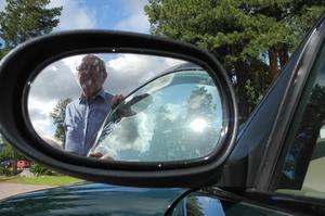 Återigen misstänker Leif Bergh, kommunrevisor i Falun att någon medvetet försökt sabotera hans bil genom att lossa hjulbultarna.