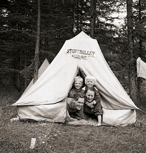 Olle, Erik, Hilding och Adéle på skogsutflykt. Bilden togs fram när boken