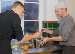 Precision och noggrannhet råder när Max och Mikael Genberg ska sätta en ny deg inför helgens bakning.