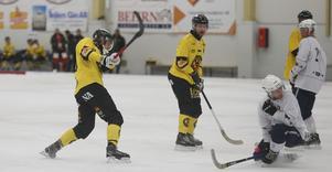Filip Bergman dunkar en hörna i täcket, men gjorde ändå tre mål mot Katrineholm.