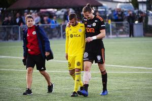 GIF-målvakten David Mitov Nilsson klev av med hjälp av den vikarierande kaptenen Juanjo Ciércoles. Bild: Fredrik Ytterström
