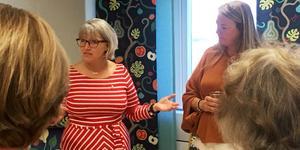 Pia Sjöstrand (S), ordförande för äldreomsorgsnämnden och Catherine Bohlin, resultatenhetschef på myndigheten för äldre och personer med funktionsnedsättning vid invigningen för den nya drop in-verksamheten.