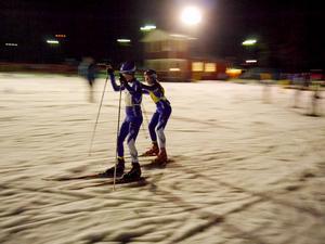 William Björklin växlar över till Elias Danielsson under stafett-DM i Årsunda. Duon tog guld i 11-årsklassen.