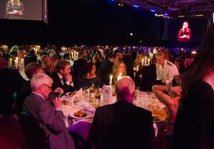 1400 gäster besökte Guldgalan och det var ett stort jobb för serveringspersonalen att förse alla med mat.