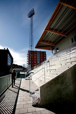 Västra läktaren byggs 2007 och blir platsen där ÖSK-klacken samlas.