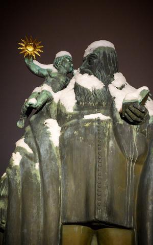 Utanför domkyrkan står biskop Johannes Rudbeckius staty, såsom skulptören Carl Milles såg honom 1923.Foto: Lennart Hyse