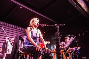 Louise Hoffsten med band spelar på Lilltorpet i Falun under fredagskvällen.