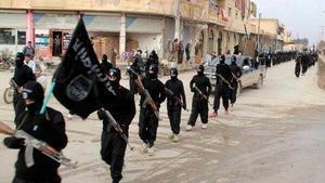 Medlemmar i Islamiska staten på marsch. Foto: AP Photo