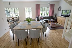 Här bor Lena med familj. Det är hon och Ylva som har köksdelen åt vänster, medan Robert och Åsa bor i lägenheter där köket ligger åt höger. Hos Lena har man valt att satsa på två matbord – ett stort i centrum och ett litet i köksdelen.