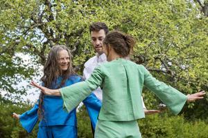 Dansföreställningen har sin scen i trädgården på Matsesgården. Skulle det däremot bli dåligt väder hålls den däremot inomhus i stället.