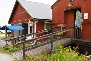 Sjöbodarna intill ställplatserna är fyllda av hantverk från lokala hantverkare.