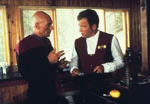 I den sjunde långfilmen Generations möts de två mest kända Star trek-befälhavarna Jean-Luc Picard (Patrick Stewart) och James Kirk (William Shatner), trots att de levde med 100 års mellanrum.Foto: Paramount/TV 4