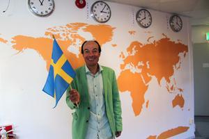 Läraren Mohamed Maldi välkomnade på torsdagen totalt 34 elever och lärare från sju länder till Sverige och Ludvika.