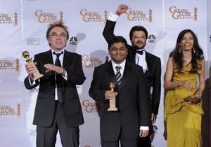 """""""Slumdog Millionaire"""", som handlar om en indisk mans jakt på kärlek, chockade Hollywoods giganter och vann hela fyra priser, bland annat regissören Danny Boyle, till vänster."""
