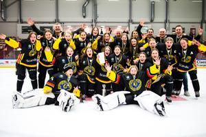 Södermanland vann den sista upplagan av Stålbucklan i våras. När även tjejerna går in i TV-pucken i höst består en stor del av laget av SSK-spelare. Foto: Bildbyrån.