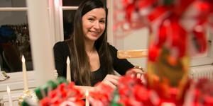 Sofia Engström i Sorunda håller kurser i hur man klär en Sorundaljusstake.