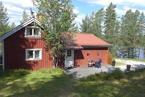 Sjönära fastighet  vid Storacksen, Nedre Gärdsjö, Rättvik. Läget lugnt och rofyllt och med ett inskrivet servitut som tryggar nyttjandet av bad- och bryggplatsen. Foto: Valins Fastighetsbyrå.